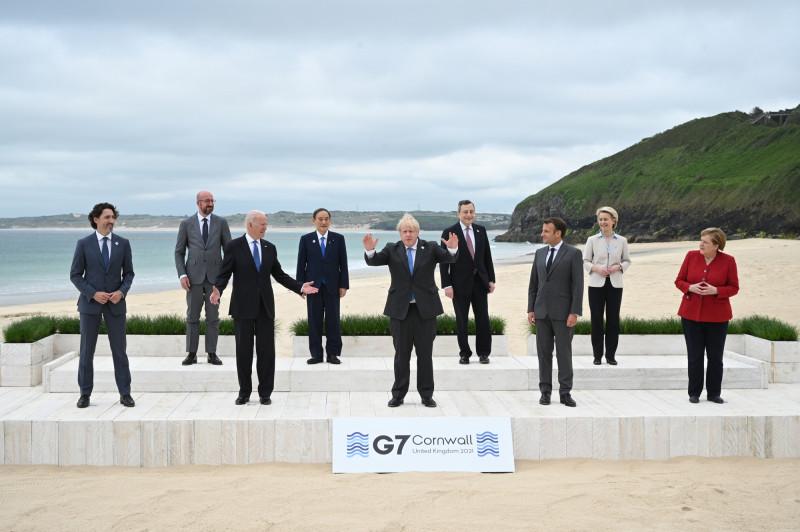 قادة مجموعة الدول السبع يقفون لالتقاط صورة تذكارية خلال قمتهم في خليج كاربيس، كورنوال، في يونيو الماضي