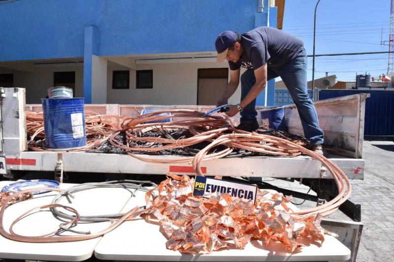 الضابط إيجيديو أوجيدا يتفقد أسلاك نحاسية مسروقة تم استرجاعها من قِبل السلطات التشيلية