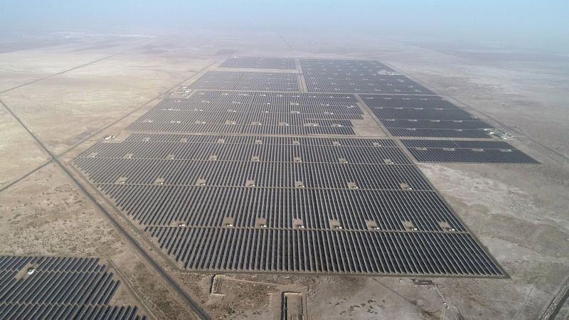 محطة طاقة شمسية لتوليد الكهرباء في صحراء غوبي شمالي الصين