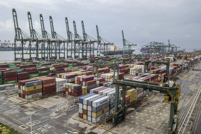 """مشهد لحاويات الشحن على الرصيف في ميناء تيانجين بالصين يوم الأحد الموافق 5 سبتمبر 2021. قفز نمو الصادرات الصينية على نحو غير متوقع في شهر أغسطس الماضي، في ظل توقف العمل بالمواني جرّاء تفشي سلالة """"دلتا"""" المتحورة الجديدة التي أحدثت  تأثيراً محدوداً على التجارة"""