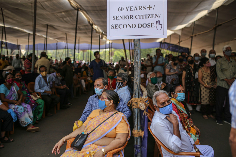 مجموعة من المواطنين في الهند ممن استطاعوا الحصول على موعد لتلقي اللقاح
