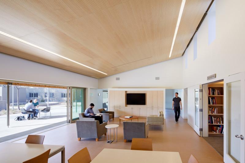 """المركز الاجتماعي في مجمّع """"سويت ووتر سبيكتروم"""" يضم بعض الميزات الرئيسية للتصميم، مثل: الألوان الحيادية والأسقف العازلة للصوت"""
