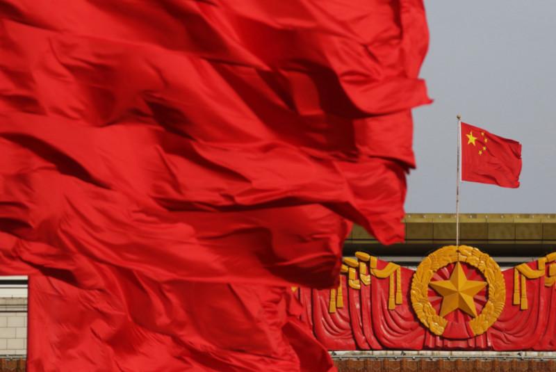 أعلام حمراء ترفرف أمام العلم الوطني الصيني عند بوابة تيانانمين في بكين، الصين
