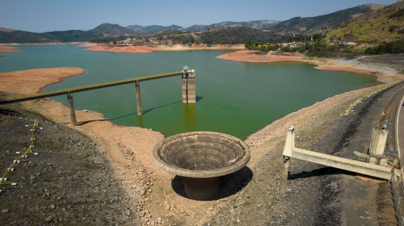 تعتمد البرازيل على الطاقة الكهرومائية لتوليد أكثر من 60% من طاقتها، وقد أجبر الجفاف البلاد على زيادة إنتاج الكهرباء الأغلى والأكثر كثافة لاستهلاك الكربون