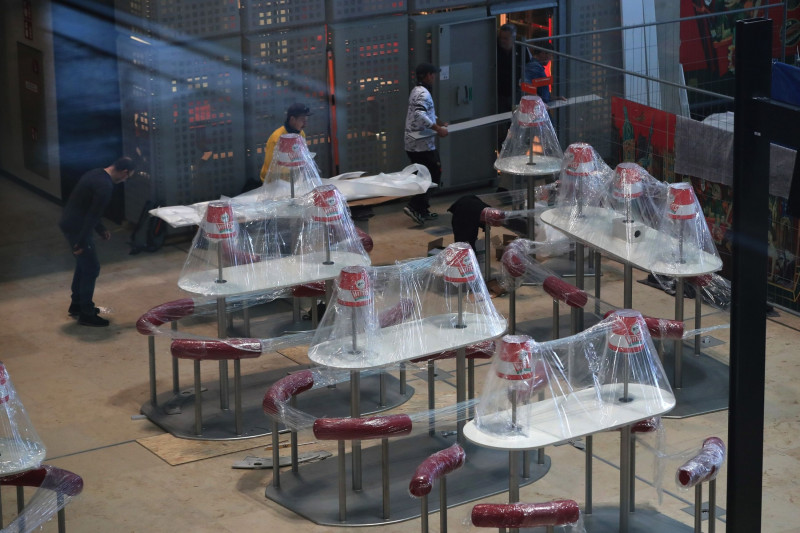 طاولات الطعام في قاعة الطعام بمحطة الوصول الأولى قبل افتتاح مطار برلين الجديد