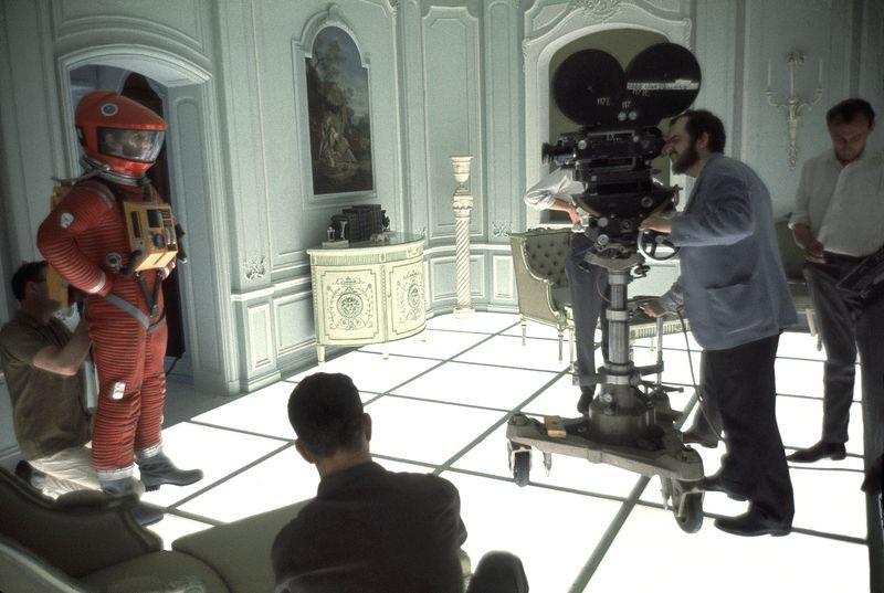 """المخرج ستانلي كوبريك، إلى اليمين، يضبط الكاميرا لتصوير عمل درامي في إستوديوهات """"MGM British Studios"""" في عام 1966"""