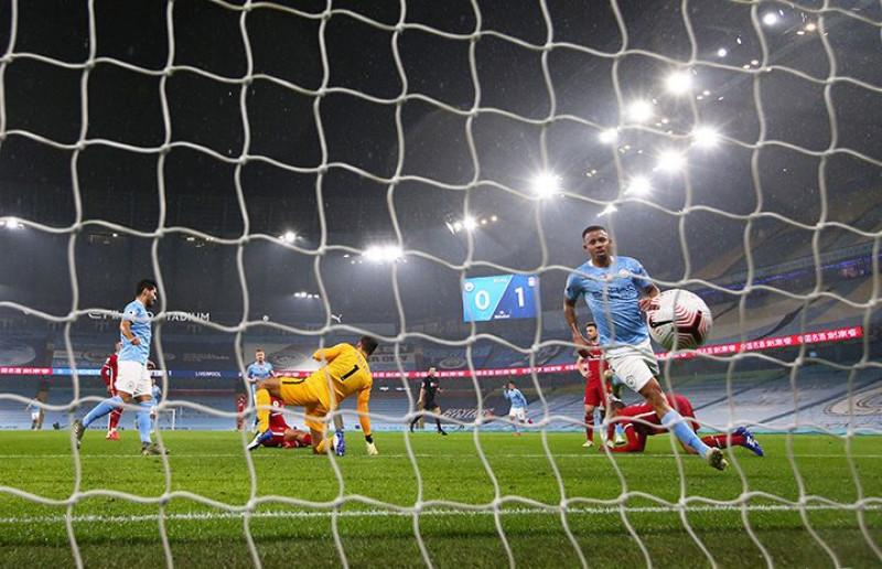 غابرييل جيسوس لاعب مانشستر سيتي يسجل هدفًا في مرمى ليفربول خلال مباراة الدوري الإنجليزي الممتاز