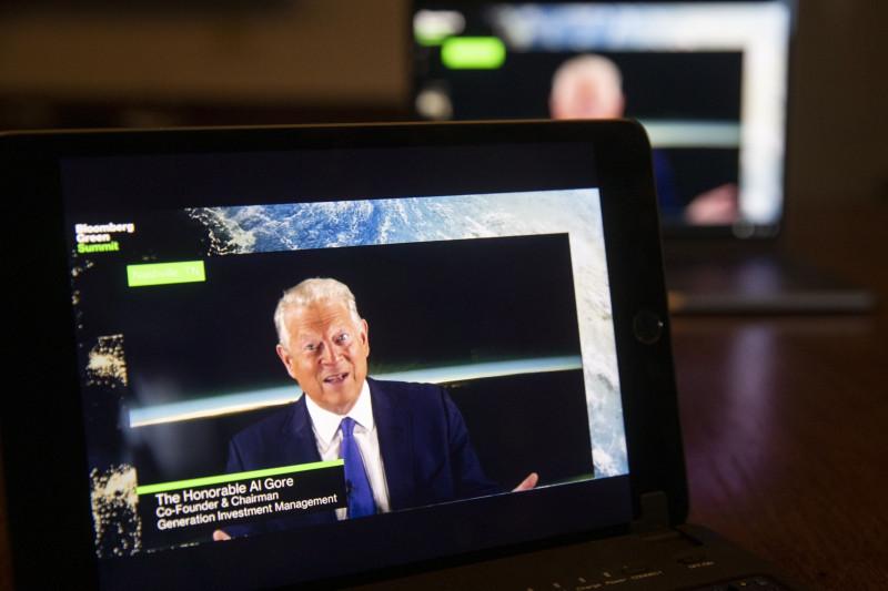 """نائب الرئيس الأمريكي آل غور، يتحدث خلال قمة """"بلومبرغ"""" الخضراء"""