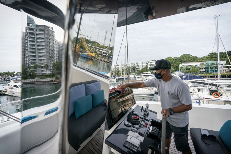 قبطان القارب يحضره لتأجيره لمدة يوم.
