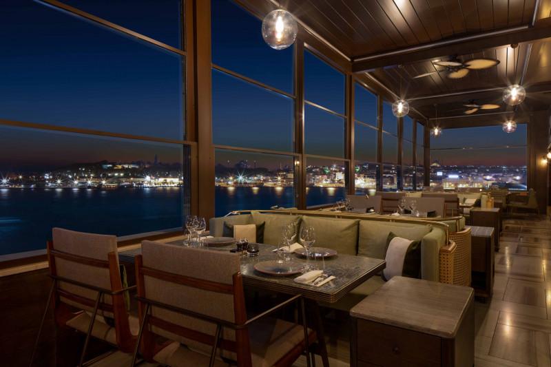 """التمتع بمناظر مدينة إسطنبول الساحرة خلال الجلسات على سطح مطعم """"أوكتو"""" الشهير"""