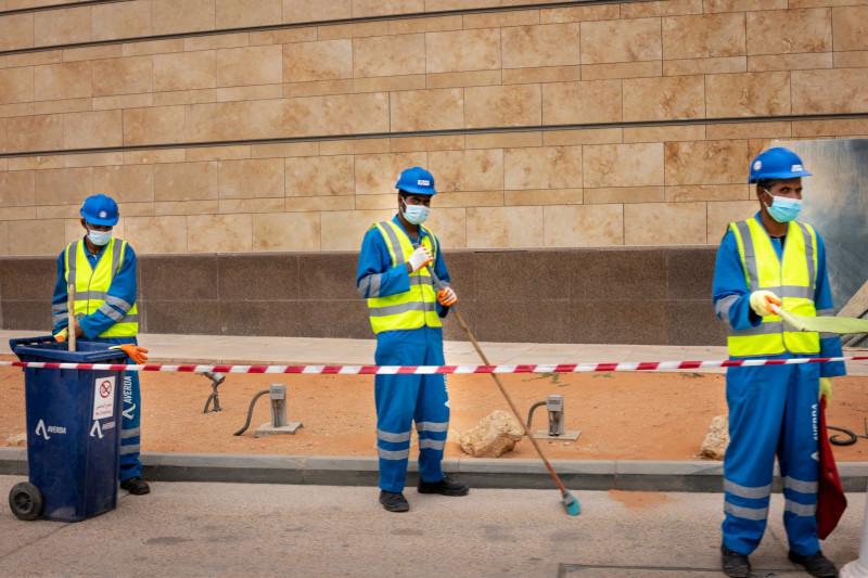 """رغم أن جائحة كورونا ضاعفت التحدي، فقد أدَّت إلى تحفيز المسؤولين، وتسريع التحوُّل في ذهنية الشباب السعودي، الذين أصبحوا على نحو متزايد يتولون وظائف """"الياقة الزرقاء""""، أي العمالة اليدوية، التي كانوا يتجنَّبونها في السابق."""