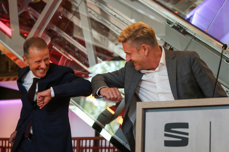 """دييس يُلقي التحية على واين غريفيث، الذي عُيِّن رئيساً لشركة """"سيات"""""""