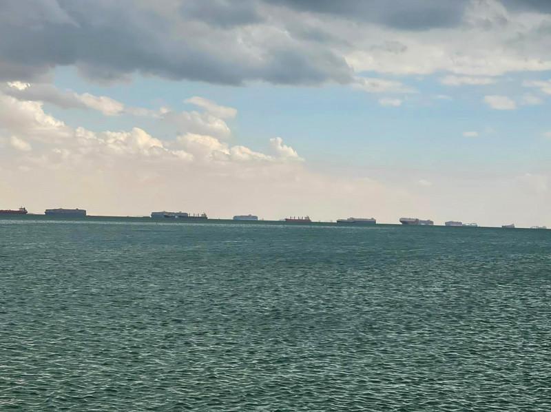 """طابور من السفن الراسية في خليج السويس بانتظار تحرير سفينة الحاويات الضخمة """"ايفر غيفن"""" العالقة في قناة السويس."""