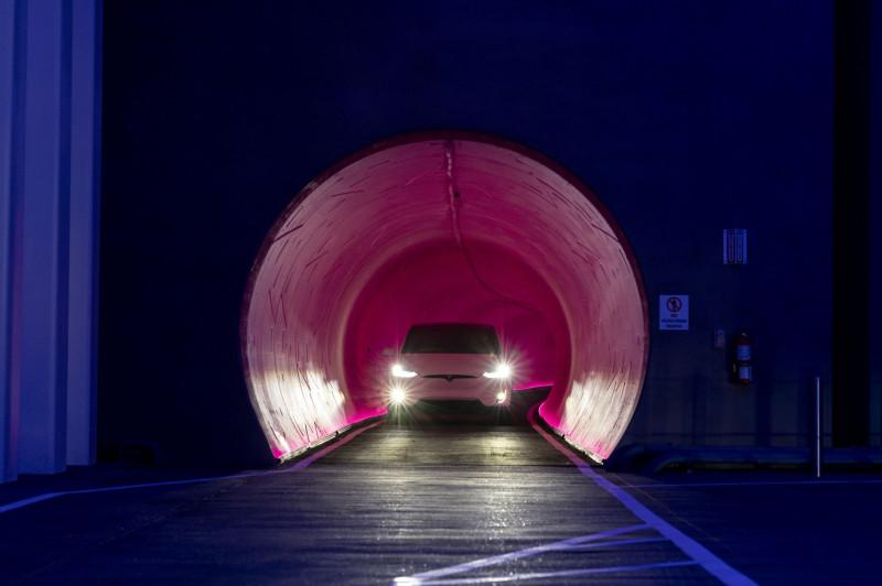سيارة كهربائية من تسلا تمر عبر نفق تحت الأرض خلال جولة في بورينغ كونفينشن سنتر لووب  في لاس فيغاس، نيفادا، الولايات المتحدة