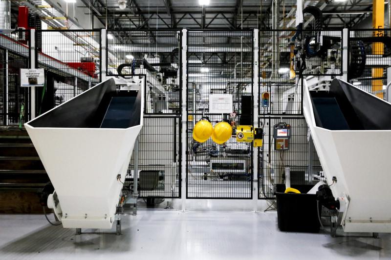 """قبعات السلامة الخاصة بالعمال، معلقة على أحد أبواب مصنع """"هيلسبورو"""" في الولايات المتحدة، عام 2019"""
