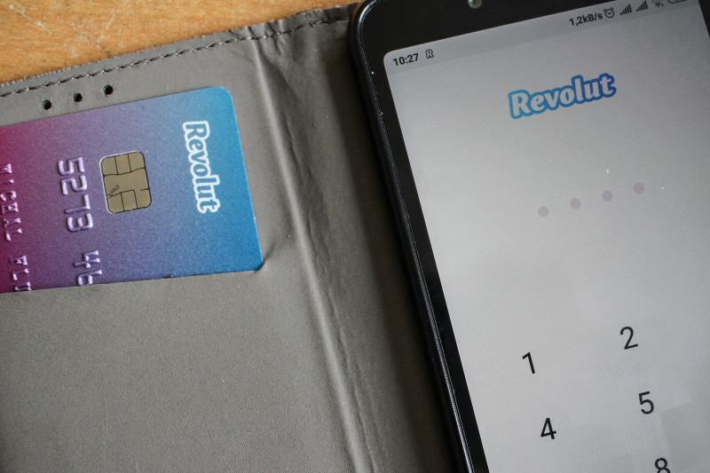 """بطاقة وتطبيق """" ريفولوت"""""""
