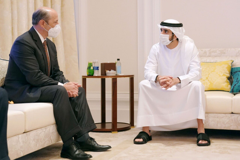 ولي عهد دبي الشيخ حمدان بن محمد بن راشد مع  المدير التنفيذي القانوني لشركة جنرال موتورز