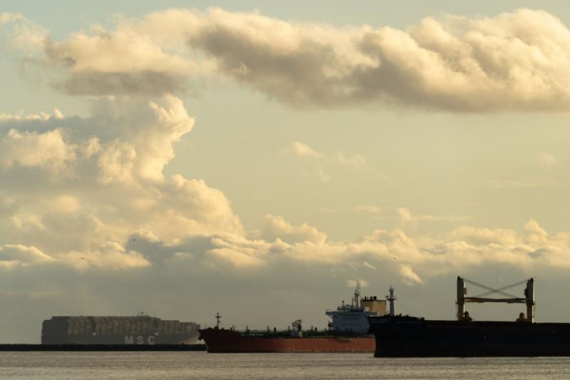 الشركات التجارية تبحث عن حلول غير تقليدية لأزمة الشحن البحري
