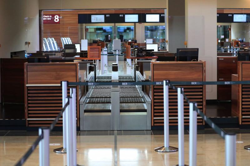 نقطة تسجيل الوصول في مطار برلين براندنبورغ، الصالة رقم 1. ولن يتم افتتاح صالة الوصول الثانية، نظراً لعدم الحاجة لها في ظل الأزمة الراهنة