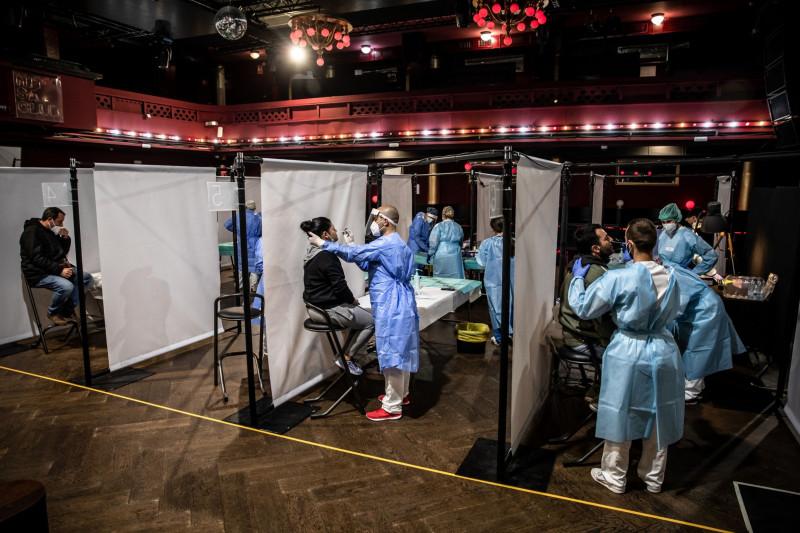 """عاملو الرعاية الصحية يأخذون مسحات اختبار فيروس كورونا من الحضور قبل الحفل الموسيقي في  """"فينيو"""" ببرشلونة الإسبانية يوم السبت 27 مارس 2021"""