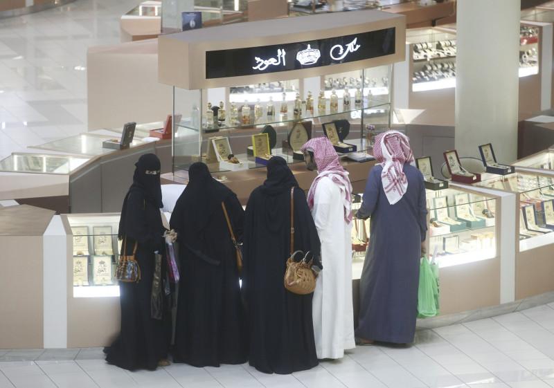 عائلة سعودية في جولة تسوق داخل متجر للعطور. يتوقع محللو بلتون أن يحقق نمو بنسبة 3.2% (مقارنة بـانخفاض 5% متوقعة في عام 2020 على أساس سنوي)، وذلك إثر ارتفاع تدريجي للقوة الشرائية بين السعوديين