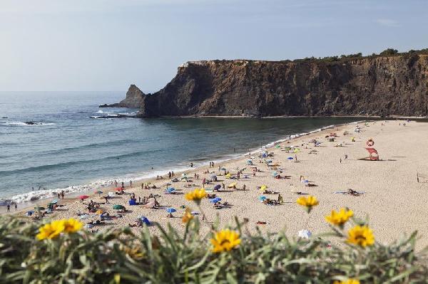 شاطئ (Strand bei Odeceixe) المواجه للمحيط الأطلسي يحظى بشعبية لدى السكان البرتغاليين