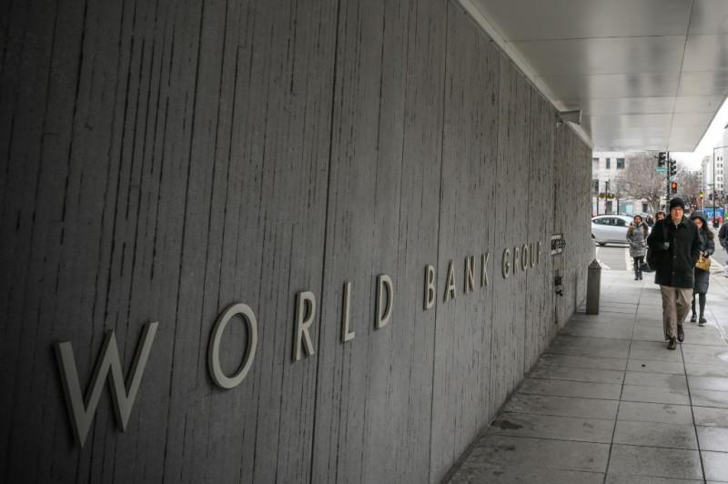 مشاة يعبرون من أمام مقرّ مجموعة البنك الدولي في العاصمة الأمريكية واشنطن