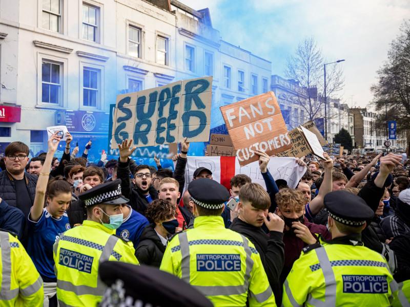 مشجعو تشيلسي يحتجون خارج ملعب النادي في لندن