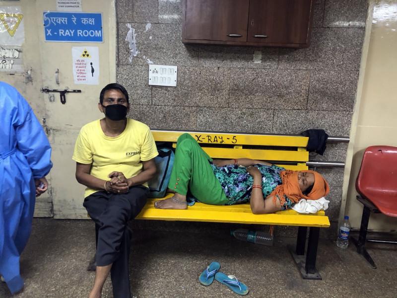 مرضى ينتظرون دورهم في أحد مستشفيات دلهي حيث دخل مئات الأشخاص إلى المستشفيات في أبريل بسبب تناولهم للدقيق المغشوش في الهند