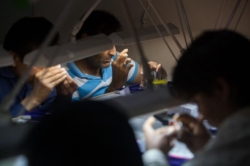 موظفون يفحصون الماس الخام في منشأة Virani Gems بالهند