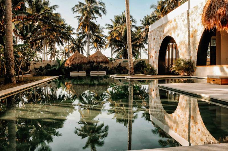 انعكاسات الأشجار في حوض السباحة بمنتجع Alamayah في جزيرة سومبا