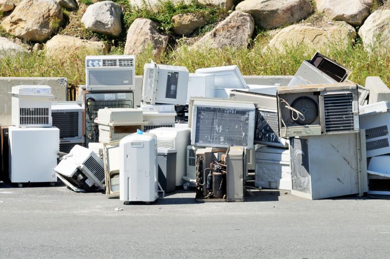 مكيفات الهواء التي تم الاستغناء عنها في مركز لإعادة التدوير في الولايات المتحدة