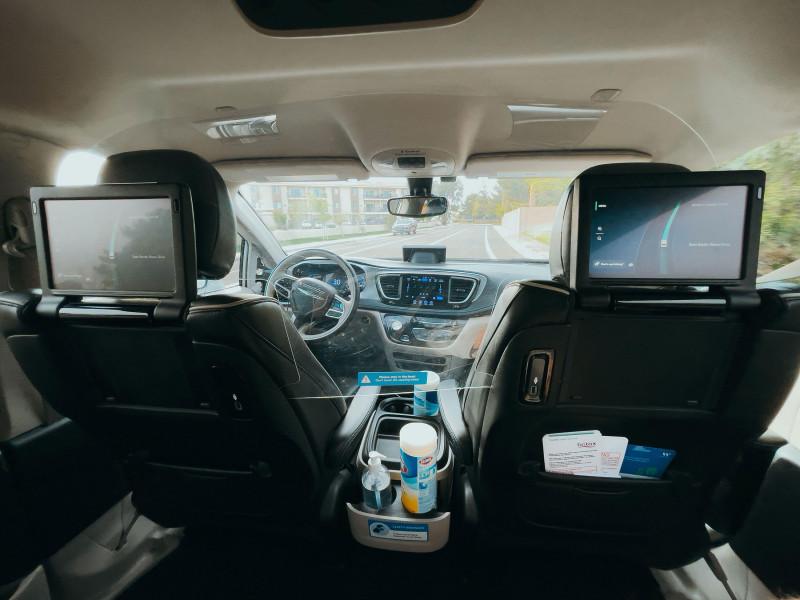 """من داخل سيارة """"وايمو"""" ذاتية القيادة بالكامل، التي لا تحتاج إلى سائق خلف المقود"""