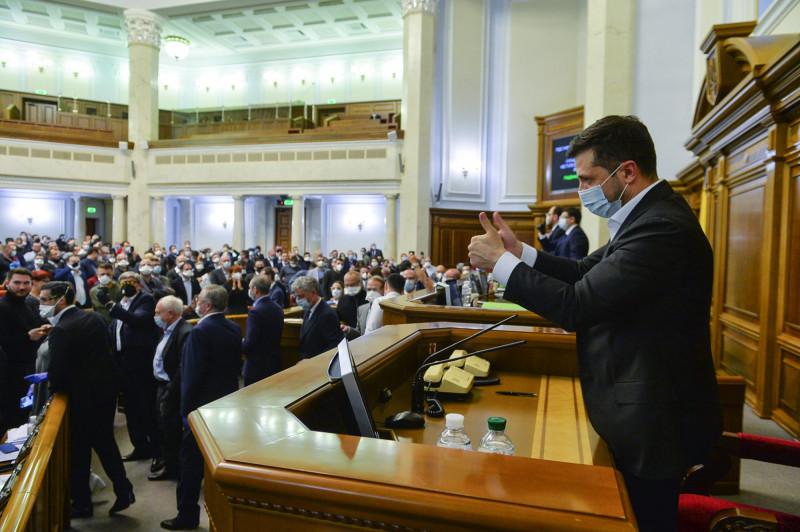 الرئيس الأوكراني، فولوديمير زيلينسكي، بعد إقرار قانون بيع وشراء الأراضي الزراعية في البرلمان