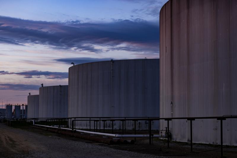 صهاريج تخزين الوقود المتصلة بنظام شركة كولونيال بايبلاين في منطقة صناعية بميناء بالتيمور ماريلاند بالولايات المتحدة