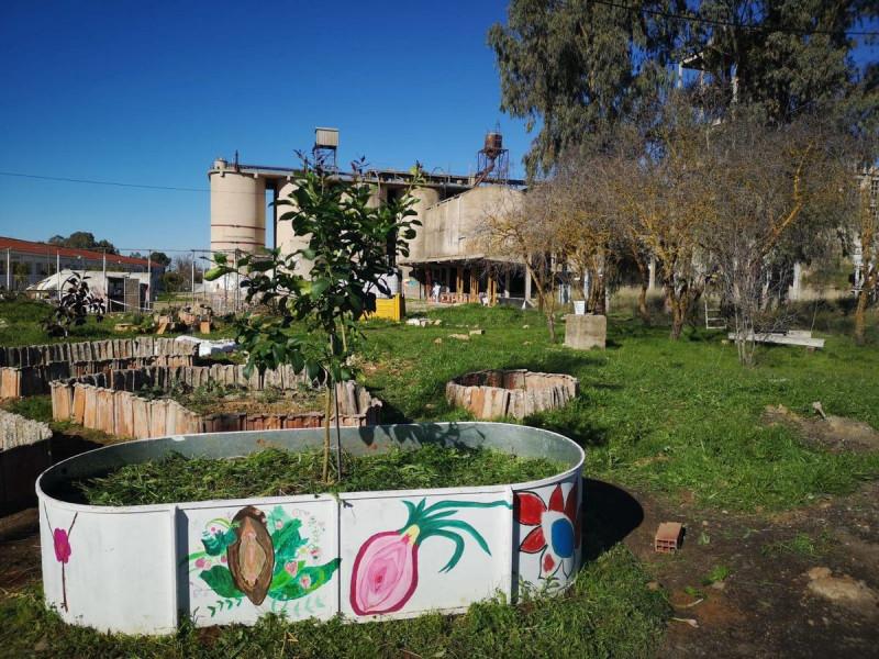مبنى مصنع إسمنت قديم في إسبانيا تم تحويله ليستضيف مساحات خضراء وأنشطة مستدامة