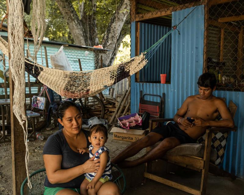 """حارس الإنقاذ، إدوين فالينزويلا، يقبل الدفع بعملة """"بتكوين"""" في بلدة إل زونتي الشاطئية بالسلفادور"""
