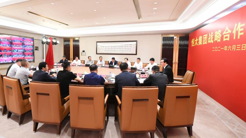 """الملياردير الصيني """"هوي كا يان"""" مؤسس شركة """"تشاينا إيفرغراند"""" في اجتماع مع مجموعة من المستثمرين"""