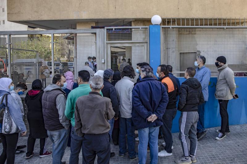 مواطنون لبنانيون يصطفّون أمام أحد مراكز توزيع المساعدات الغذائية في بيروت