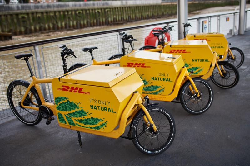 """دراجات توصيل تابعة لشركة """"دي إتش إل"""" في لندن عام 2020"""
