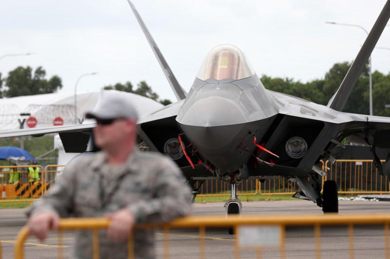 """طائرة F-35B من صناعة لوكهيد مارتن في معرض سنغافورة للطيران. تقول """"لورا سيل"""" المتحدثة باسم """"مكتب البرنامج المشترك لطائرة """"اف-35"""" في وزارة الدفاع، إنَّه تم تسليم أكثر من 620 طائرة حتى الآن، وأعلنت 10 جهات في سبع دول عن القدرة التشغيلية الأولية؛ كما أجرتْ ست جهات من خمس دول مهام تشغيلية للطائرة."""