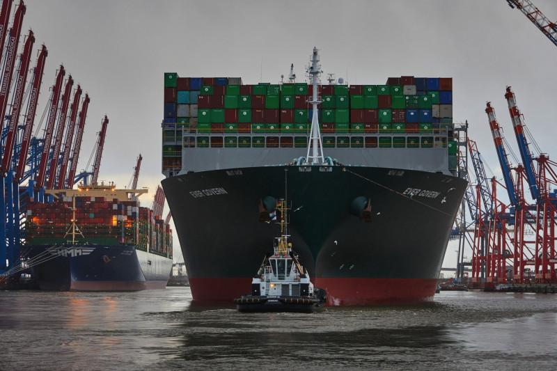 """سفينة  شحن الحاويات """"ايفر غفرن"""" التي تشغلها شركة """"ايفرغرين مارين"""" تبحر بحمولتها في ميناء هامبورغ الألماني في 12 يناير 2021"""