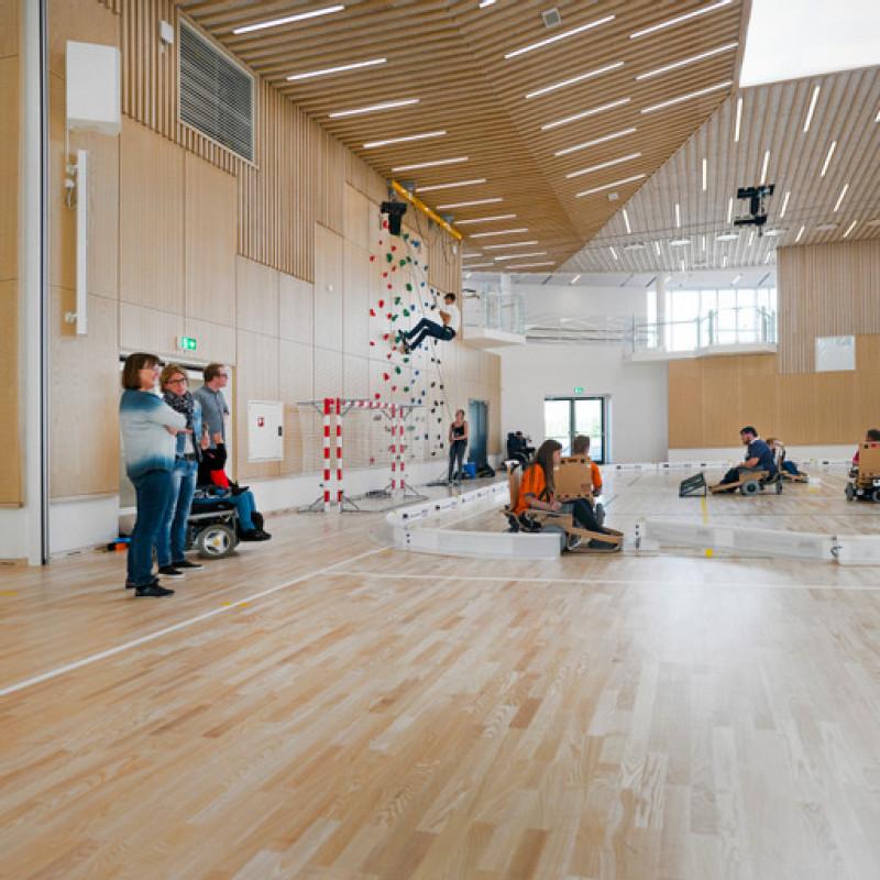 """الصالة المتعددة الاستخدامات في منتجع """"موشولم"""" بالنرويج، إذ يوجد جدار تسلق مناسب للكراسي المتحركة"""