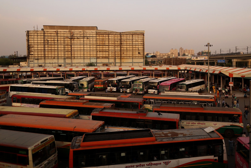 حافلات متوقفة في محطة في نيودلهي، الهند، يوم الثلاثاء، 20 أبريل