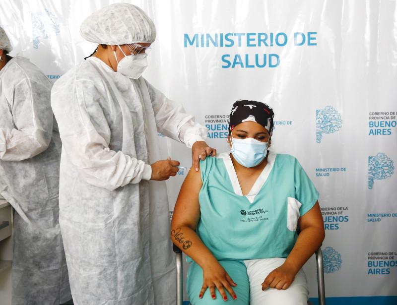 """إحدى عضوات الفريق الطبي في روسيا تتلقى جرعة من لقاح كورونا """"سبوتنيك في"""""""
