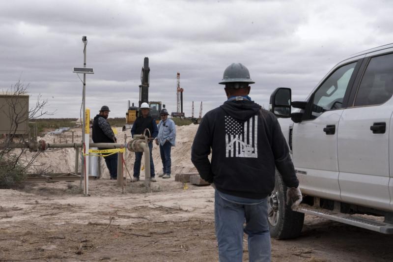 عمال في موقع لاستخراج النفط في ولاية نيومكسيكو، الولايات المتحدة