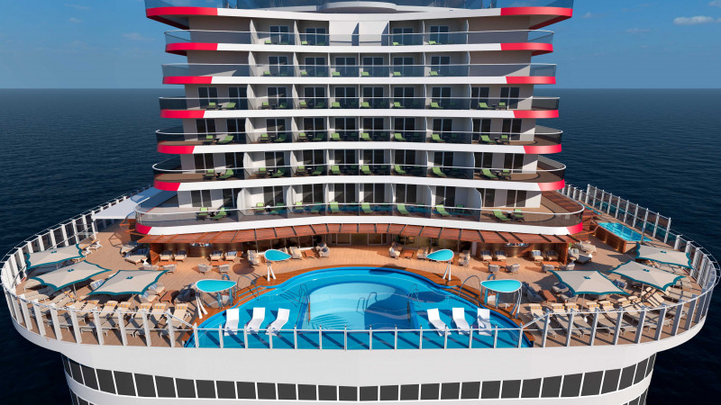 أحد حمامات السباحة على سطح السفينة