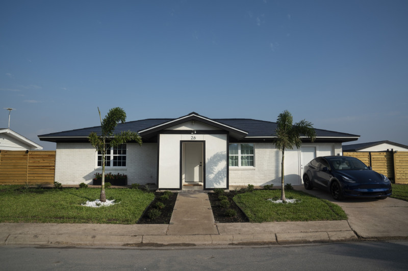 """منزل يستعرض ألواح """"تسلا"""" الشمسية، في شارع ويمز في قرية بوكا تشيكا بولاية تكساس الأمريكية"""