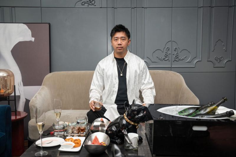 تو هاوران داخل غرفة لكبار الشخصيات في حانة في بكين.