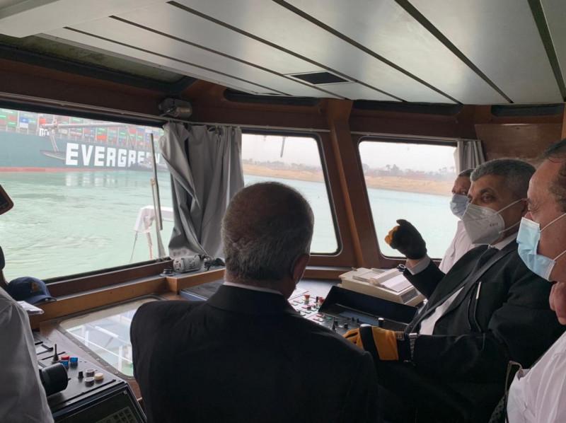 رئيس هيئة قناة السويس يتابع جهود إنقاذ سفينة بنمية جنحت في مجرى القناة